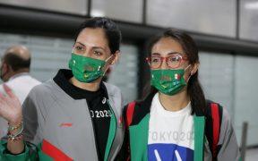 Diosdado y Jiménez, a su llegada a la Ciudad de México tras su aventura en Tokio. (Foto: @COM_Mexico).