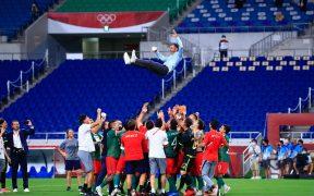 Así voló Jaime Lozano en el festejo del Tri Olímpico tras ganar el bronce. (Foto: Mexsport).