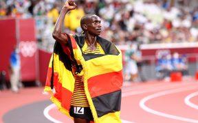 Cheptegei le dio a Uganda su primera medalla de oro olímpica en atletismo. (Foto: Reuters).