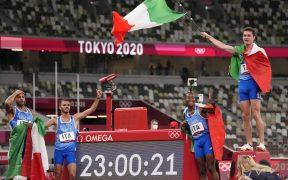 Italia celebra su sorpresiva victoria en el relevo 4x100. (Foto: AP).