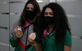 Gaby Agúndez y Ale Orozco muestran sus medallas al regresar a México. (Foto: @COM_Mexico).