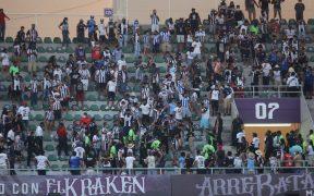 Los aficionados de Monterrey se enfrentaron a golpes con la policía. (Foto: Mexsport).