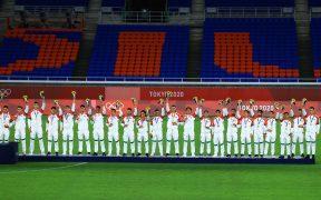 Los 22 jugadores de México disfrutaron al recibir su medalla de bronce. (Foto: Mexsport).