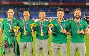 Lozano y sus asistentes, con la medalla de bronce. (Foto: @jaime_lozano_).