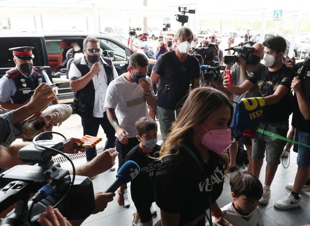 Messi emprende el vuelo rumbo a París, tras llegar a un acuerdo para firmar  con el PSG