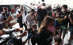 Lionel Messi y su familia llegan al aeropuerto de Barcelona para viajar a París. (Foto: Reuters).