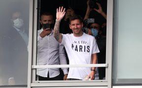Messi saluda a la multitud que lo vitorea afuera del aeropuerto de París. (Foto: Reuters).