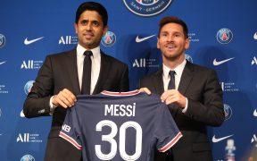 Messi y el presidente del PSG posan con su nueva playera. (Foto: Reuters).