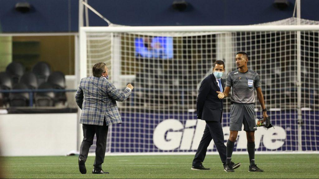 El Piojo Herrera reclama al árbitro tras la derrota de Tigres. (Foto: Mexsport).