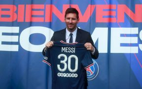 Messi posa con la playera del PSG en su presentación oficial. (Foto: EFE).