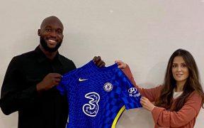 Lukaku posa con la playera del Chelsea tras firmar su nuevo contrato. (Foto: Chelsea FC).