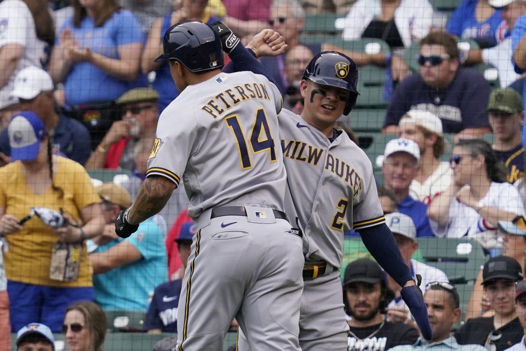 Luis Urías celebra con Peterson en la paliza sobre Chicago. (Foto: AP).