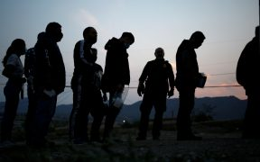 Exigen a ICE liberación de migrantes tras terminar contrato en York