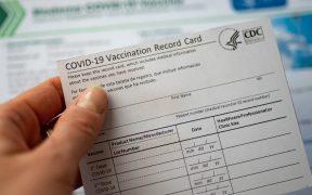 Ciudades se unen a NY y pedirán prueba de vacunación para ciertos lugares