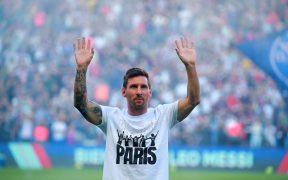 Messi saluda a la afición en el Parque de los Príncipes. (Foto: EFE).