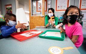 Enseñan a padres de familia en EU a eludir las reglas de cubrebocas y vacunas contra la Covid para sus hijos