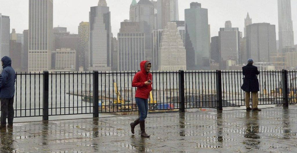 'Henri' se degrada a tormenta tropical antes de arribar al este de EU