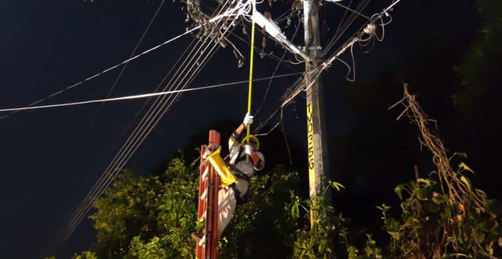 """CFE restablece suministro eléctrico al 65% de usuarios afectados por el huracán """"Grace en Veracruz, Hidalgo y Puebla"""