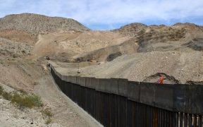 Mujer migrante muere al caer desde el muro fronterizo entre EU y México