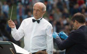 Con batuta en mano, director de orquesta se vacuna contra la Covid-19 en un concierto en Budapest