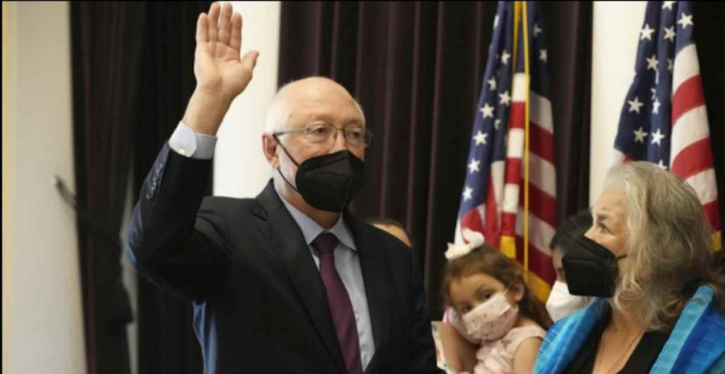 Ken Salazar rinde protesta como embajador de EU en México