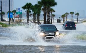 """Huracán """"Ida"""" toca tierra en Louisiana con vientos de hasta 241 kilómetros por hora"""