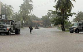 """Suspenden operaciones en aeropuerto de Mazatlán por paso de huracán """"Nora""""; reportan fuertes lluvias en el estado"""