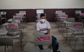 Escuelas preparadas y otras aún sucias, la realidad del regreso a clases en dos polos sociales de México