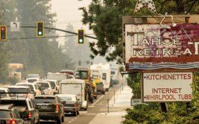 """Incendio """"Caldor"""" provoca evacuación masiva de lago Tahoe; automóviles obstruyen carreteras"""