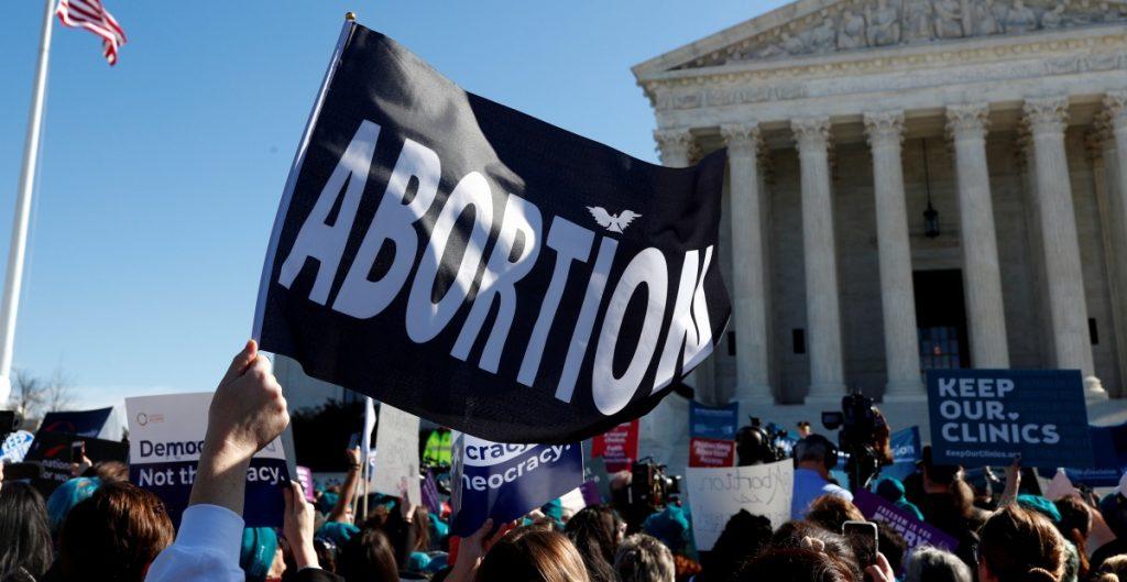 Corte permite que Texas continúe prohibiendo la mayoría de los abortos