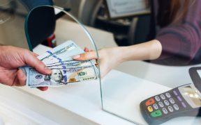 Récord en remesas tienen mayor correlación con la economía de EU que con la de México, dice Banco Base tras informe de AMLO