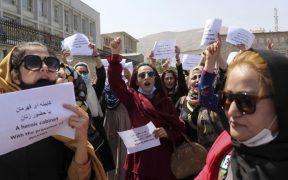 Mujeres afganas protestan en Kabul; exigen derechos mientras los talibanes buscan reconocimiento