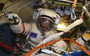 Los cosmonautas de la EEI finalizan con éxito caminata para instalar Naúka