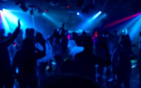 Reino Unido planea solicitar pasaportes Covid para ingreso a clubes nocturnos y eventos masivos