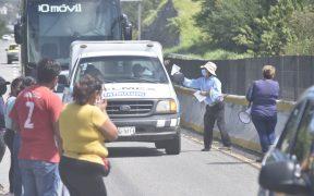 Normalistas de Ayotzinapa bloquean la Autopista del Sol; piden obras de mantenimiento para el plantel