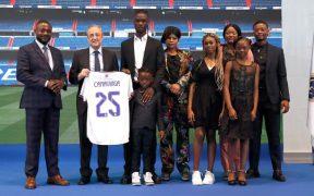 Camavinga posa junto a su familia durante su presentación con el Real Madrid. (Foto: Real Madrid).