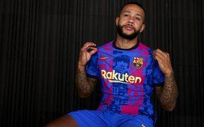 Depay posa con la playera que usará el Barcelona en la Champions. (Foto: FC Barcelona).