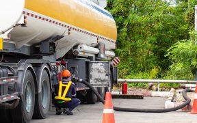 El 35% del consumo de combustible en México es de contrabando, denuncia el SAT