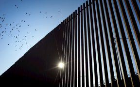Migrante mexicano cae del muro fronterizo en California y muere días después en el hospital