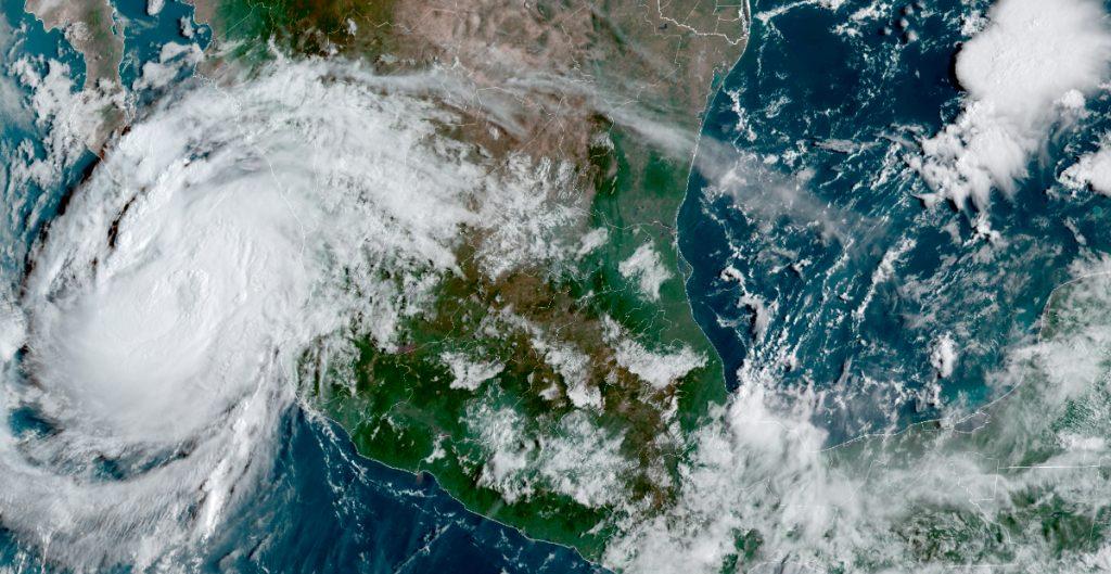 Declaran alerta roja en Baja California Sur por el huracán 'Olaf'