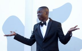 Khaby Lame, la estrella de TikTok desfiló por la alfombra roja de Venecia