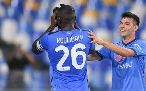 Lozano festeja con Koulibaly el gol del triunfo del Napoli. (Foto: Reuters).