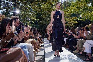 Michael Kors regresa a las pasarelas en vivo con una colección de romanticismo urbano