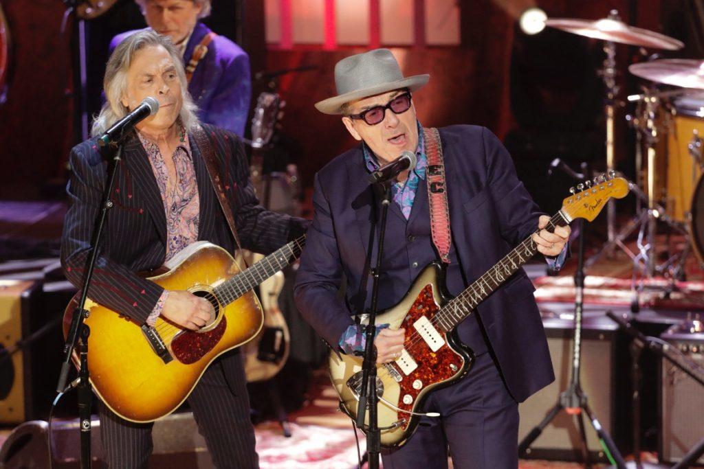 Lanzan disco de Elvis Costello con canciones en español; colaboran Fito Paez, Juanes y Jorge Drexler