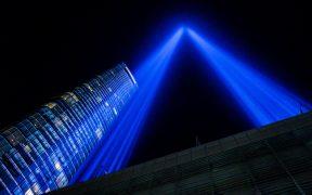 Estelas de luz rinden homenaje a las torres gemelas caídas en Nueva York por atentados del 11S