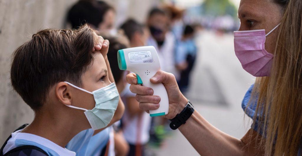 Persistencia de síntomas tras contagio de Covid-19 es menor en niños que entre adultos, según estudios