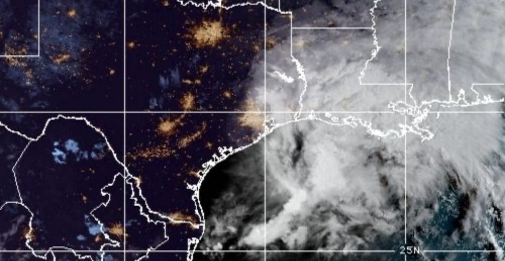 """Huracán """"Nicholas"""" toca tierra en costa de Texas y se degrada a tormenta"""