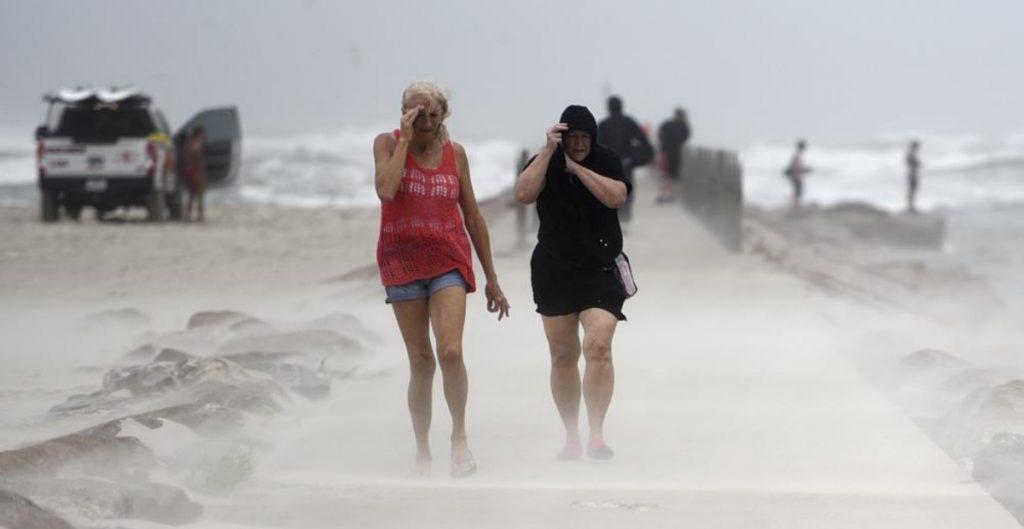 """Tormenta tropical """"Nicholas"""" reduce la velocidad en Houston; hay medio millón de casas sin luz"""