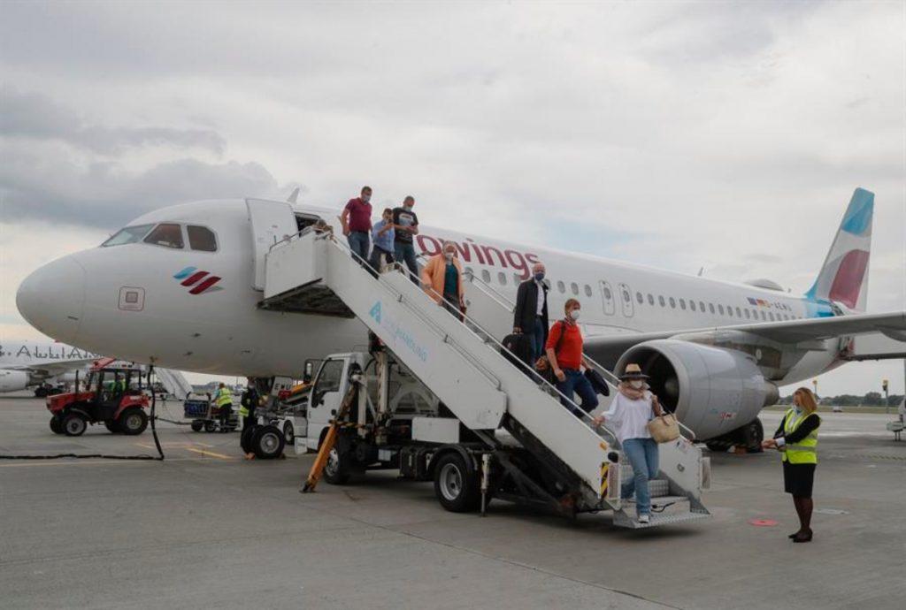 EU mantiene suspendidos los vuelos de afganos por casos de sarampión