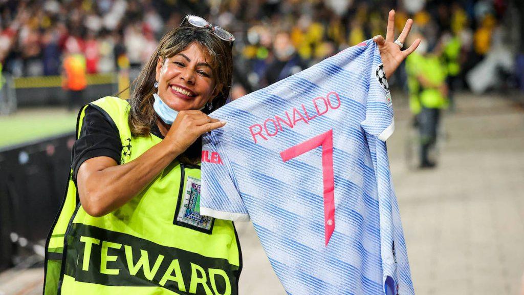La afectada terminó con una gran sonrisa gracias al detalle de Cristiano Ronaldo. (Foto: UtdDistrict).